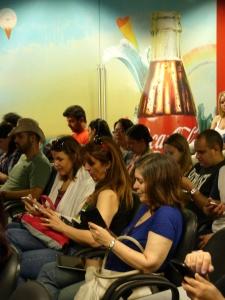 Grupo de blogueiros em teleconferência com VP de Sustentabilidade durante visita à fábrica da Coca-Cola em Maceió (AL). Foto: Renato Guimaraes